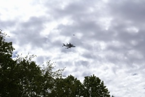 shuttle_discovery_over_tysons_corner